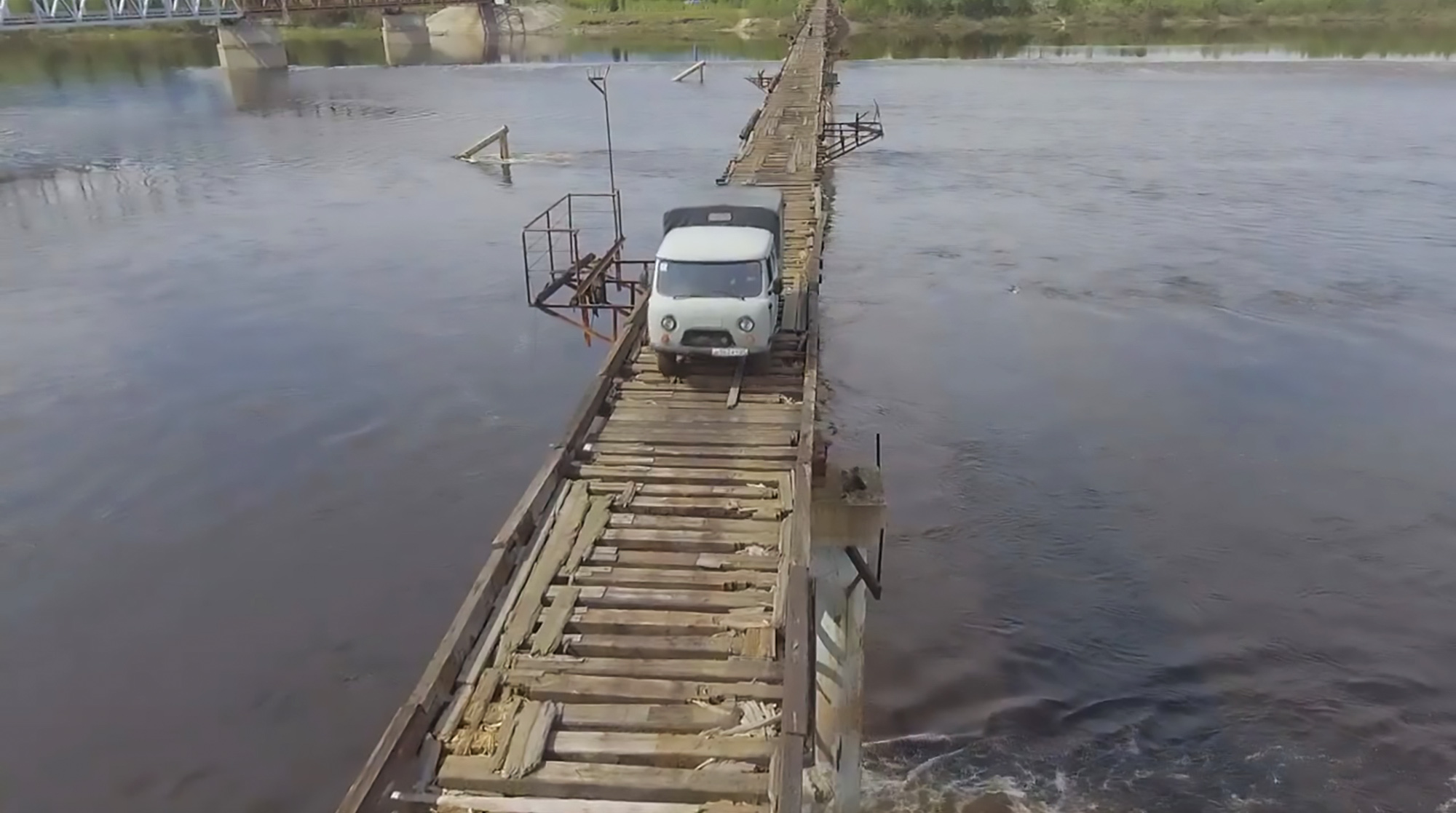 Russian Truck Driver Crosses Narrow Perilous Bridge - ViralTab