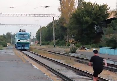 Idiot Vlogger Lies Under Oncoming Train To Go Viral