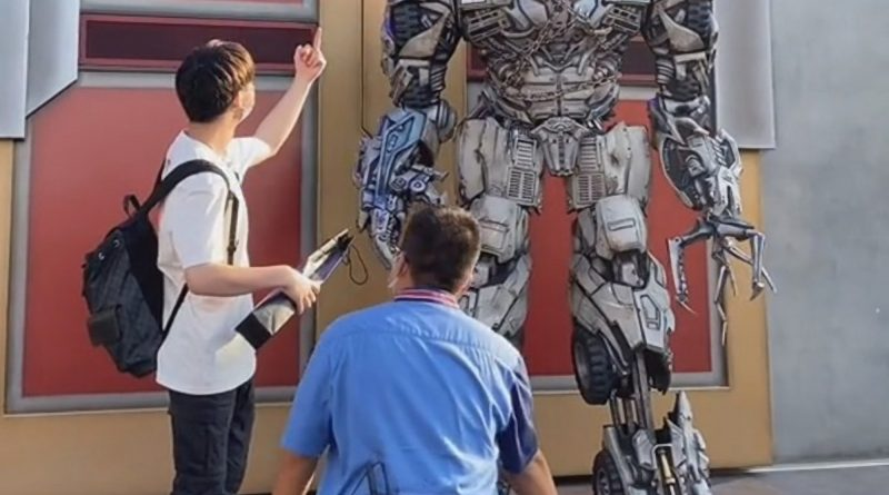 Furious Megatron Slams Tourist For Giving Middle Finger At Beijings Brand New Universal Park